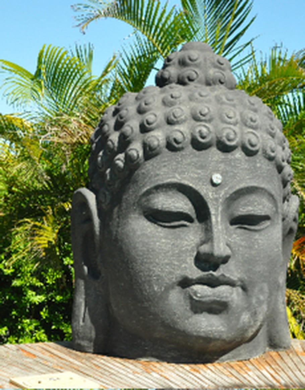un bouddha tr ne dans le jardin tel un vieux sage. Black Bedroom Furniture Sets. Home Design Ideas