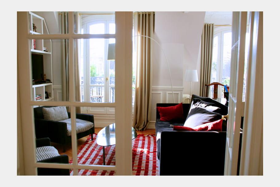 un salon lumineux et chaleureux d co ethnique chic dans un duplex journal des femmes. Black Bedroom Furniture Sets. Home Design Ideas
