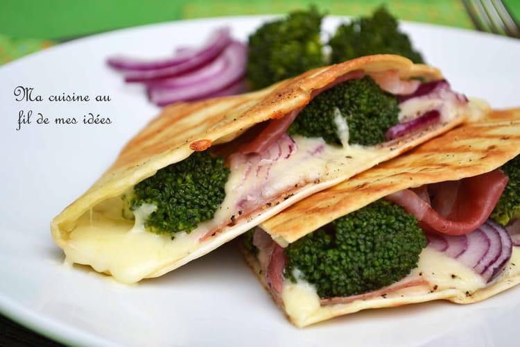 Quesadillas au brocoli, pancetta, oignon rouge et mozzarella