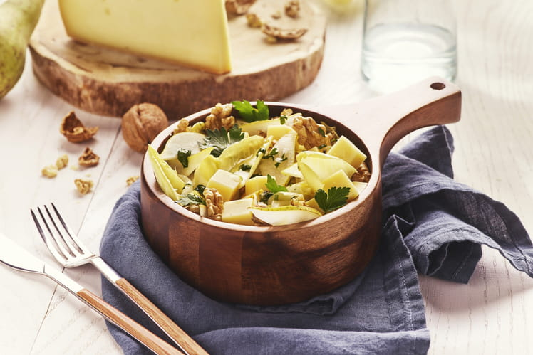 Salade d'endives, dés de Raclette de Savoie, poire fraîche et vinaigrette aux noix