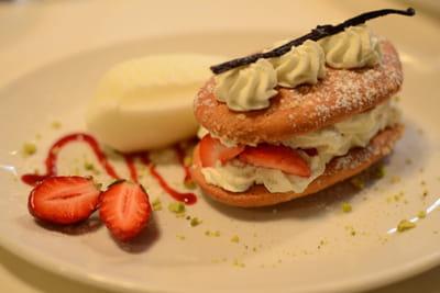 amaretti et son blanc manger vanillé aux fraises mara, sorbet au fromage blanc.