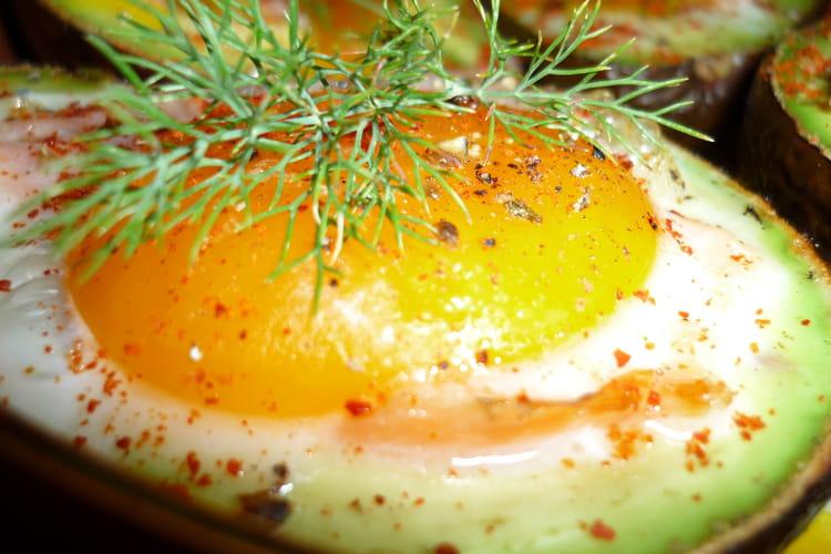 Avocat chaud, saumon et oeuf, aneth et piment