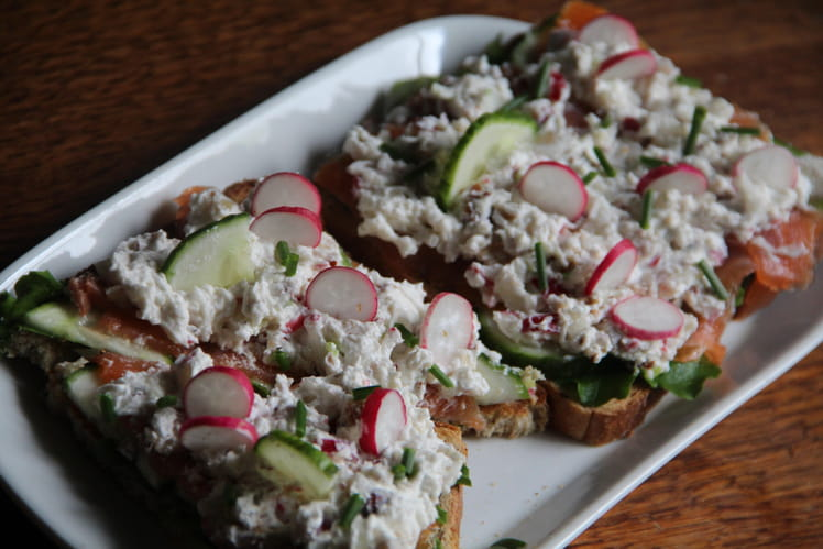 Tartines de chèvre frais, saumon, radis roses et noisettes
