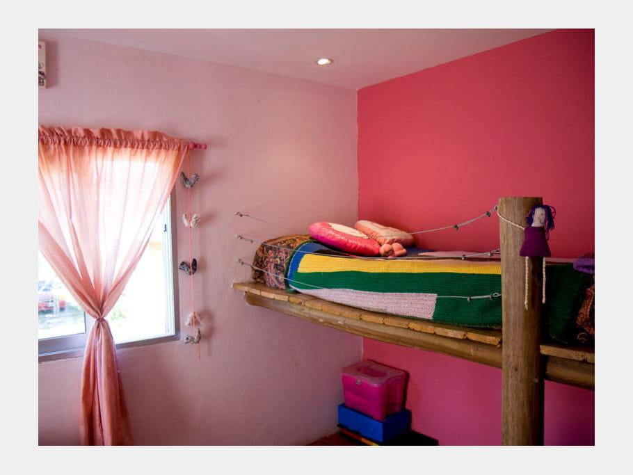 lit mezzanine en rondin id es d co pour chambres d 39 enfant croquer journal des femmes. Black Bedroom Furniture Sets. Home Design Ideas