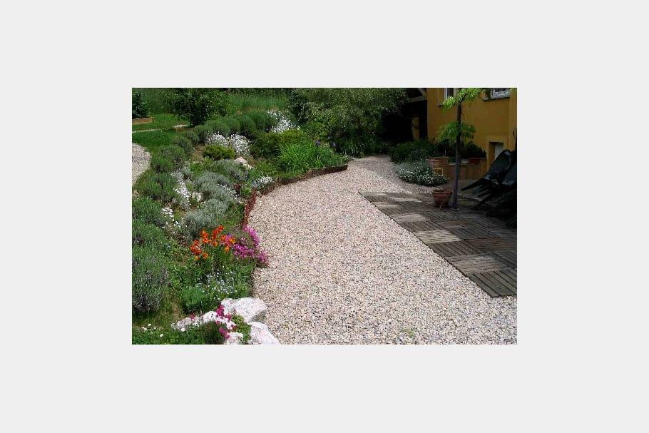 Une rocaille joliment fleurie un jardin aux mille et une for Rocaille fleurie