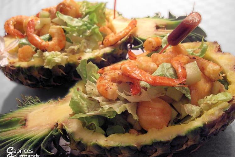 Salade de crevettes et d'ananas dans son écorce
