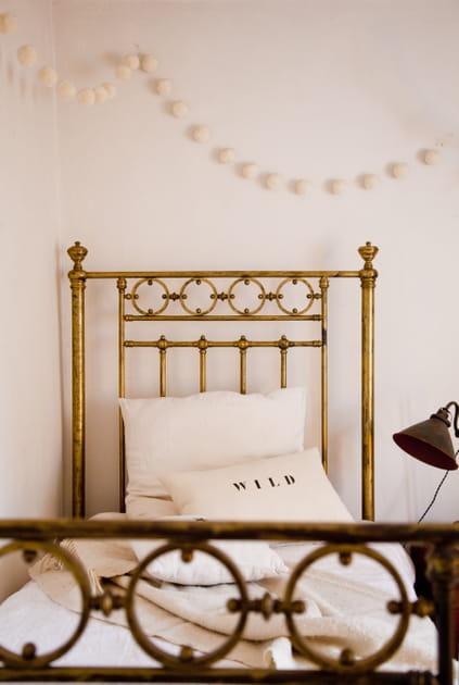 Un lit en fer forgé doré