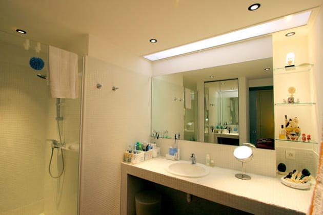 salle de bains en lumi re. Black Bedroom Furniture Sets. Home Design Ideas