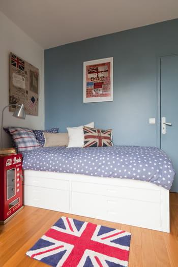 Une chambre de gar on bleue avec des touches de rouge for Chambre parentale bleue