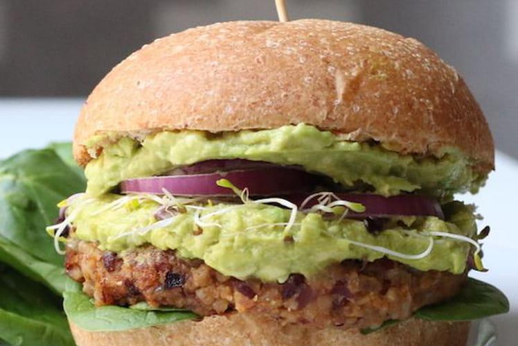 Burger vegan aux haricots noirs, avocat et patate douce