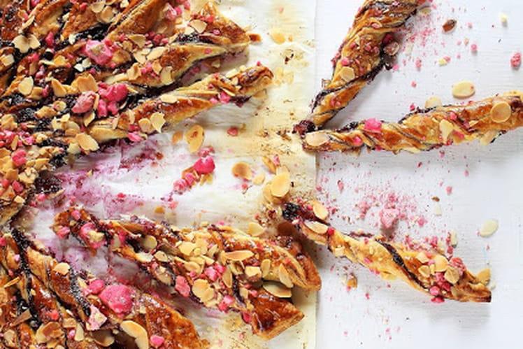 Tarte soleil à la confiture de fraises-myrtilles-cassis, pralines roses et amandes