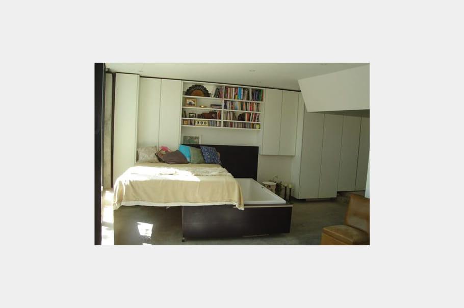 Une baignoire en dessous du lit une maison dans un for Lit qui se range