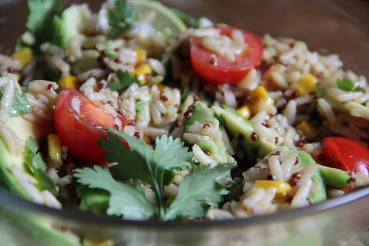 Salade de riz et quinoa, avocat, tomates cerise et citron vert