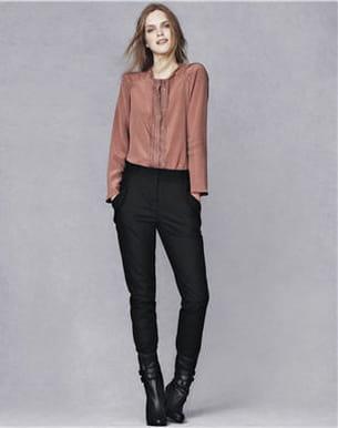 la blouse petits clous, le pantalon jog slim et les boots guêtres de vanessa