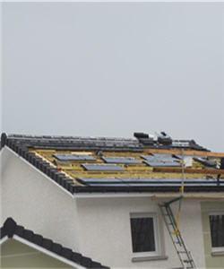 grâce aux panneaux photovoltaïques, le logement capte le rayonnement solaire