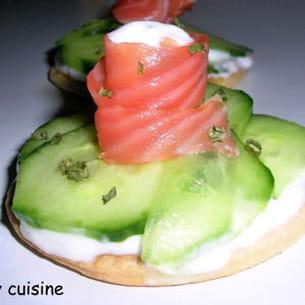 tartes fraîches au saumon, concombre et ciboule