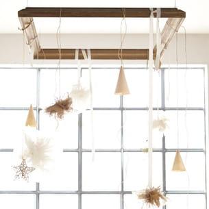 une idée de suspension festive à partir de tissu et d'étoiles dorées