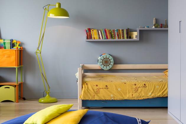 Une chambre d\'enfant verte, jaune et bleue