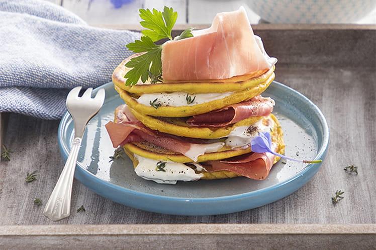 Pancakes aux herbes, au yaourt salé et au jambon de Parme