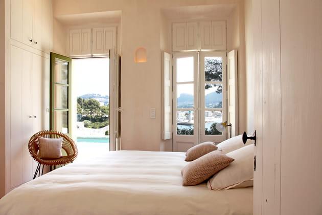 Une chambre d'adulte blanche et beige