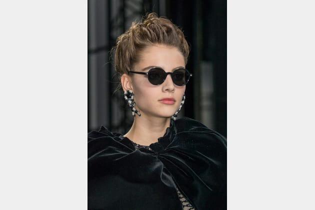 Les lunettes de soleil noires et rondes du défilé Armani Privé