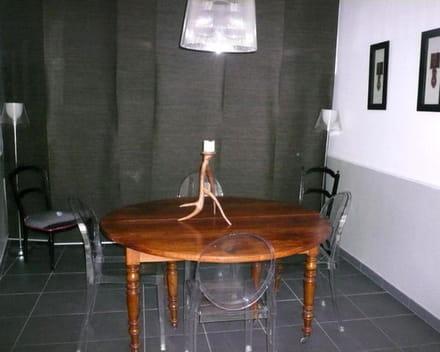 alléger un espace étroit avec des sièges transparents