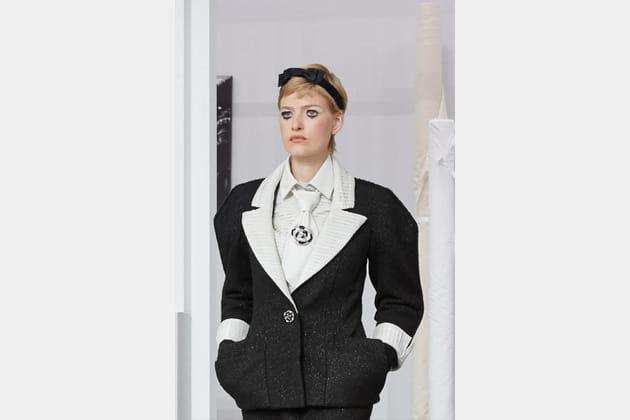 La cravate camélia du défilé haute couture automne-hiver 2016-2017