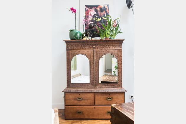 Un meuble en bois à miroirs