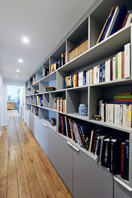 Après: une bibliothèque sur-mesure le long du mur