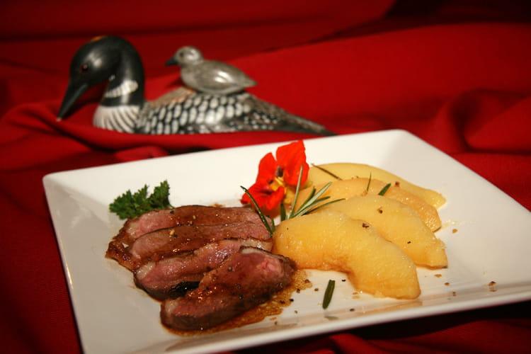 Magret de canard aux coings à la vapeur de romarin
