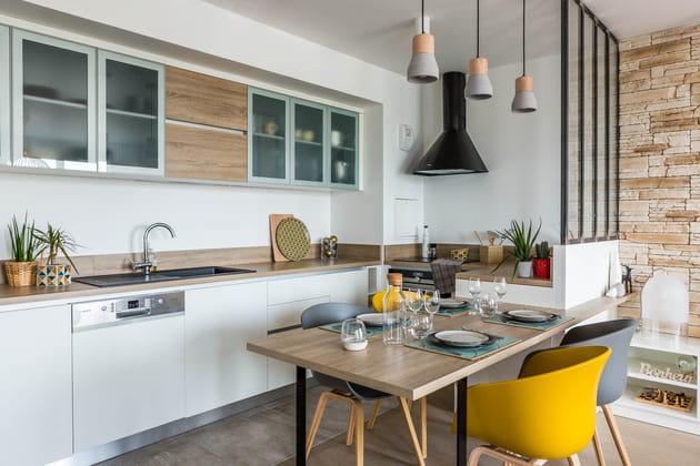 Une cuisine ouverte avec demi-verrière