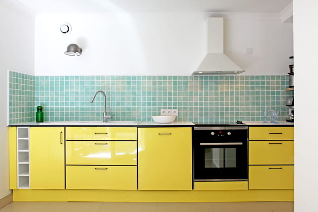 Une cuisine vert d\'eau et jaune