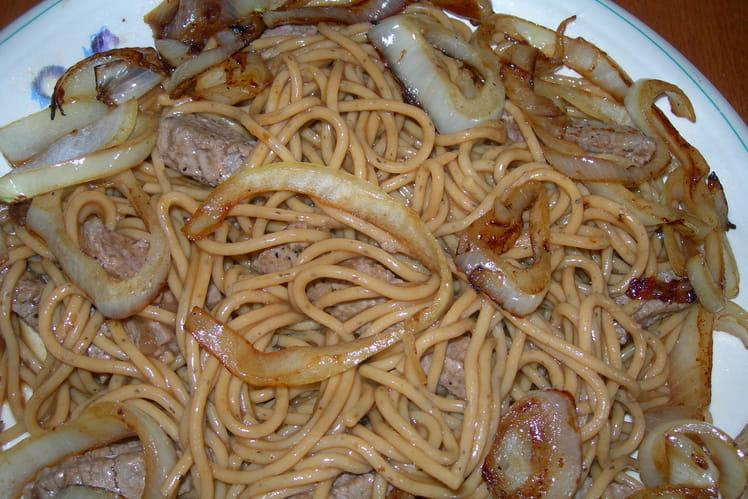 Spaghettis aux biftecks et oignons