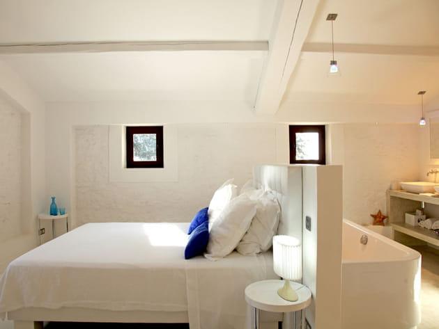 Chambre immaculée avec touches de bleu