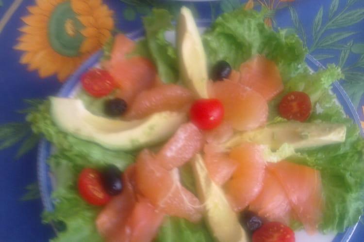 Salade truite fumée, avocat, pomelos