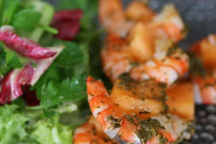 Brochettes de crevettes et melon au pesto