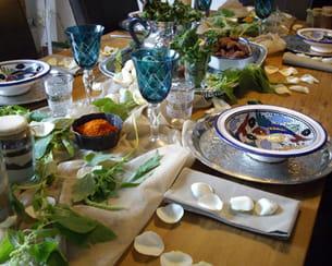 quelques pétales de rose pour décorer la serviette de table