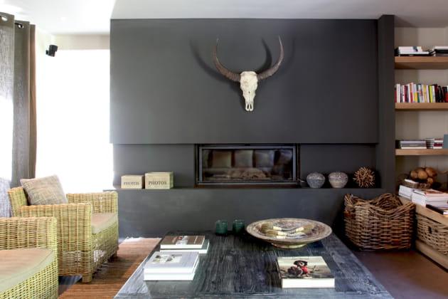 Une cheminée moderne toute de noir vêtue