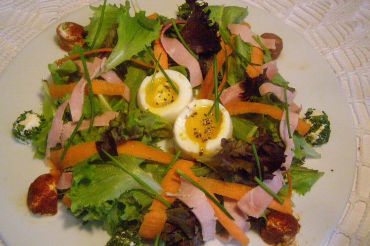 Salade gourmande au jambon, œufs et chèvre frais