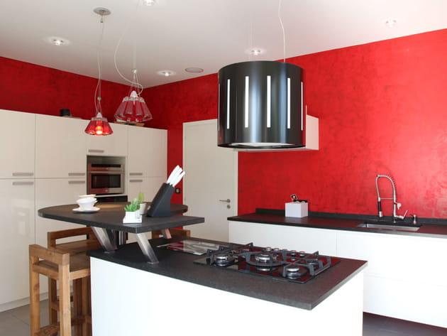 Des murs rouge vif - Couleur pour cuisine blanche ...