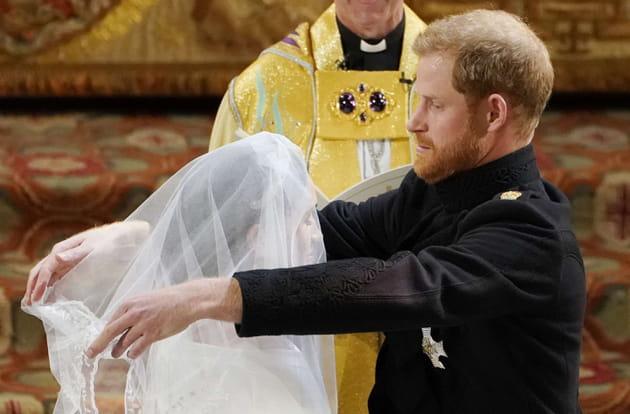 Le prince Harry soulève de le voile de la mariée