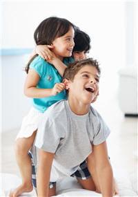 lorsqu'un enfant ramène des poux à la maison, les frères et sœurs ne tardent pas