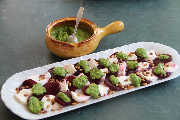 Carpaccio de betterave et mozzarella, sauce pesto de fanes de radis