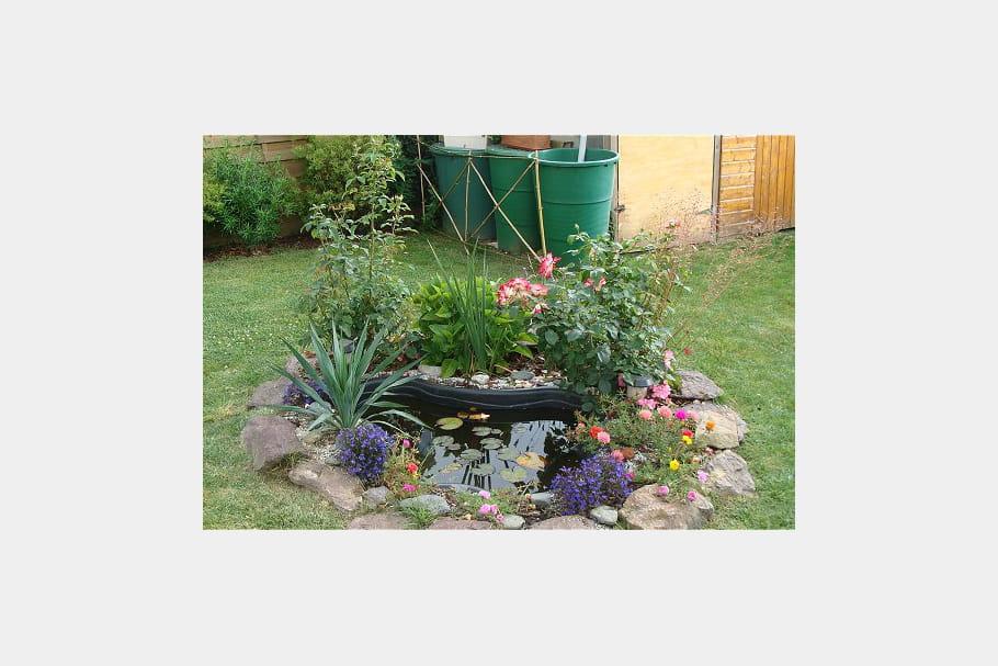 Un petit bassin pr form en plastique for Bassin de jardin en plastique
