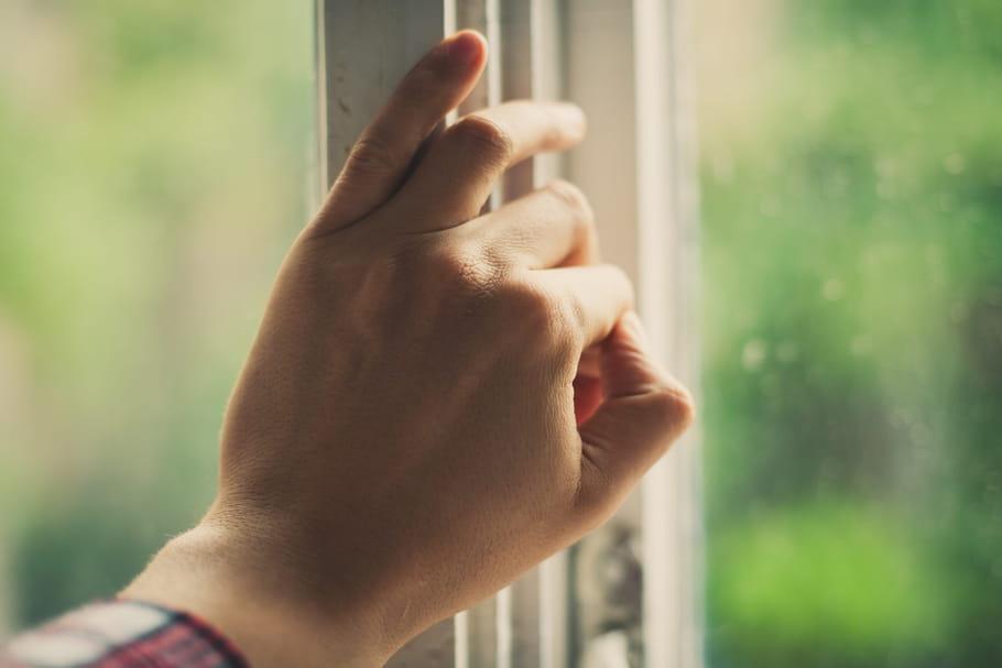 Une jeune femme défenestrée: son ex-compagnon violent prend la fuite