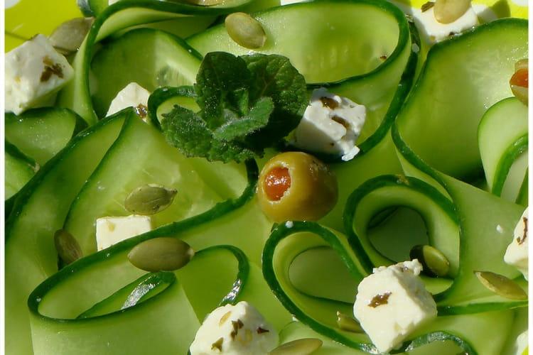 Tagliatelles de concombres, olives, fêta, graines de courge et menthe