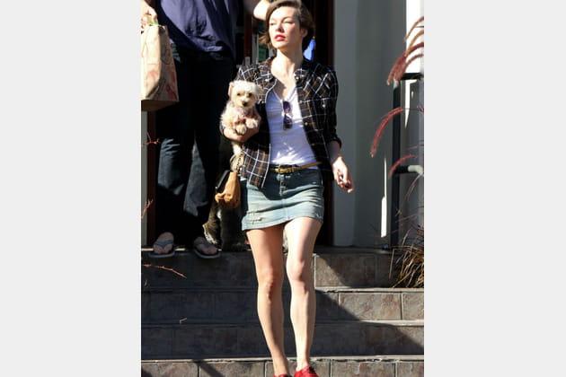 Milla Jovovich et son petit chien
