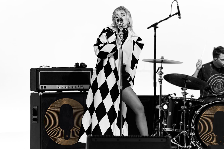 Miley Cyrus donne un concert exceptionnel en 8D pour Magnum