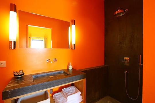 Salle de bains orangée