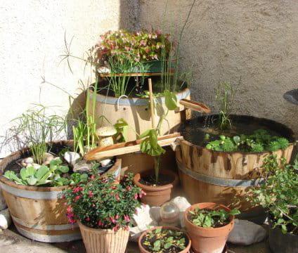 Un bassin-fontaine à base de tonneaux